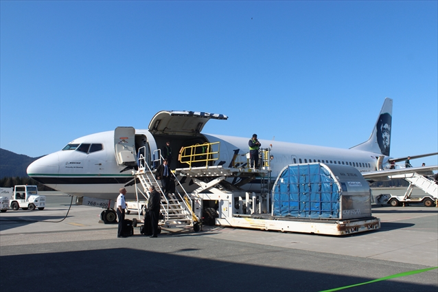 荷物と乗客を一緒に運ぶアラスカ航空