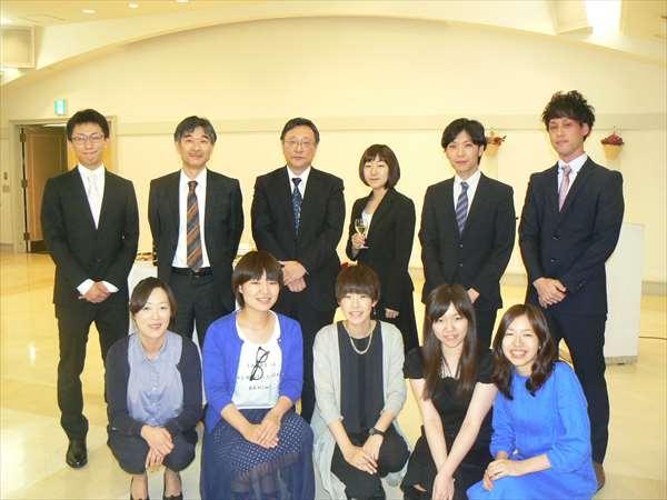 会長、教授と若いメンバーで記念撮影