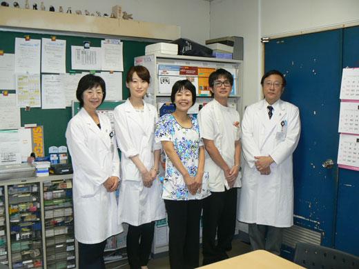 東北大学の橋本先生(左から2番目)、沖縄の新城先生(中央)、視能訓練士の川満さん(右から2番目)